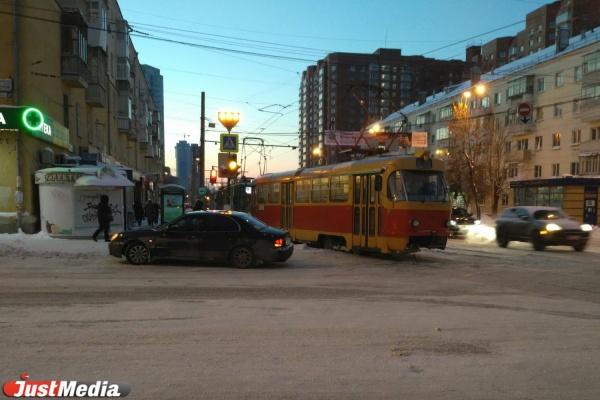 Hyundai-нарушитель парализовал движение трамваев на Луначарского. ФОТО