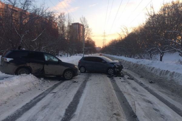 Оба водителя пострадали при столкновении 2-х иномарок наулице Новгородцевой