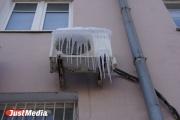 Управляющая компания в Нижнем Тагиле предложила жильцам самостоятельно почистить козырьки балконов от снега и сосулек