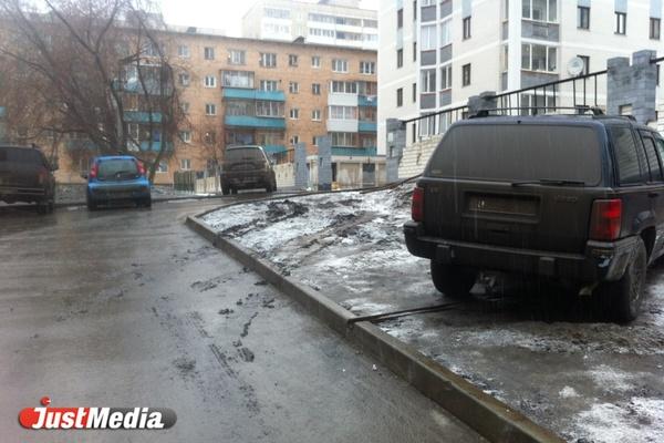 Свердловская ГИБДД упрекнула жителей, жалующихся на нарушителей правил парковки