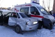 В Екатеринбурге скорая собрала на перекрестке две легковушки. Пострадали пять человек