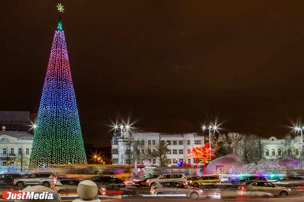 На площади 1905 года установили 50-метровую елку