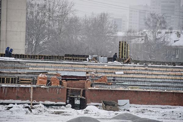 Возводятся трибуны, на поле лежат строительные материалы. В интернете появились фотографии с реконструкции «Калининца»