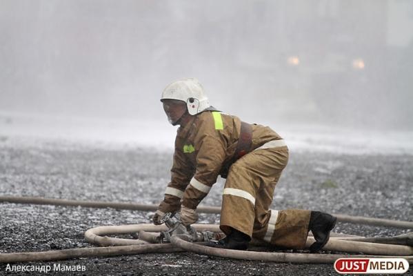 Крупный пожар в Реже уничтожил фирму по сбору металлолома