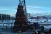 На Октябрьской площади устанавливают новогоднюю елку