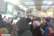 «Вставайте в жопу». На Южном автовокзале дикая давка, люди почти дерутся за место в очереди