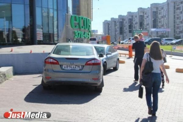 «На этом месте должен быть тротуар». Платная стоянка возле «Высоцкого» и «Антея» оказалось незаконной