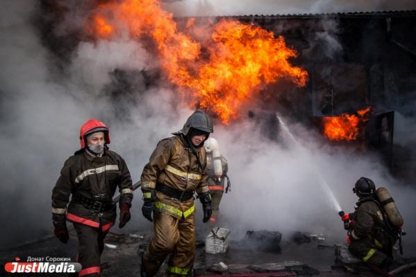 В Екатеринбурге 26 пожарных машин тушили столярную мастерскую