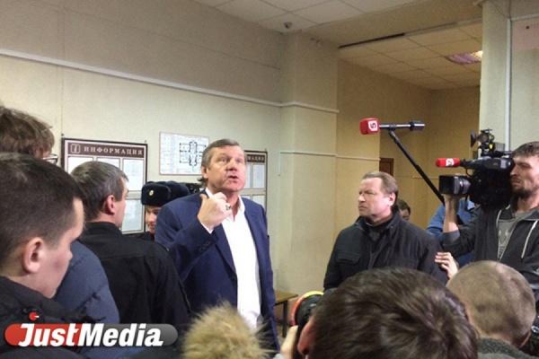 Александр Новиков перед заседанием суда: «Не страшна тюрьма, страшно бесчестие»