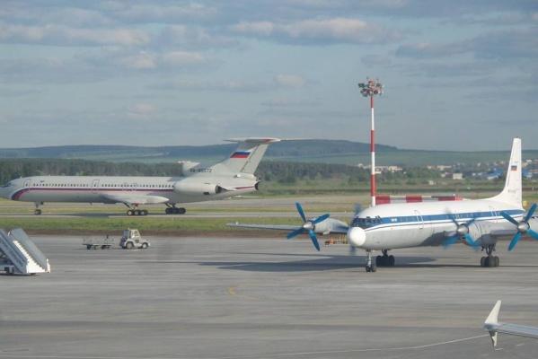 Погибший сегодня Ту-154Б-2 рулит мимо погибшего на днях Ил-18 на взлетной полосе аэропорта Кольцово. Снято 9 июня 2016 года. ФОТО: Всеволод Махов, FB.