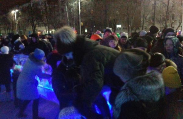 Екатеринбуржцы жалуются на жуткую давку вокруг ледового городка: «К елке не попасть, люди толкаются, кричат, лезут через ограждения»