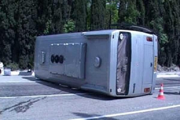 В Карелии перевернулся автобус с туристами