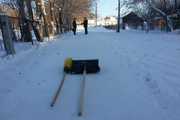 «Обращался в полицию, прокуратуру и администрацию». Ирбитский активист сам почистил от снега тротуар, который ведет к школе и детским садам