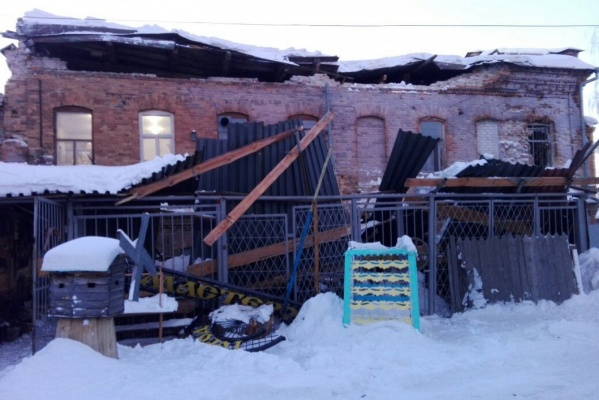 В Ирбите у памятника архитектуры XIX века обрушилась крыша. ФОТО