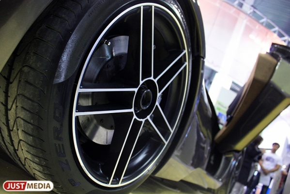 В Серове мужчина снял колеса с машины и решил продать их через Интернет