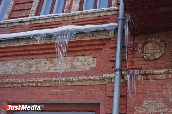 В Екатеринбурге на беременную женщину упала глыба льда