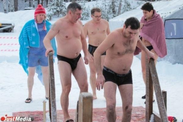 Наозере Шарташ около крещенской купели, где находились люди, треснул лед