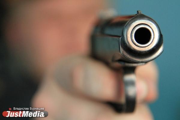 В Верхней Пышме сотрудник прокуратуры выстрелил из травмата в девушку и парня, которые шумели в подъезде