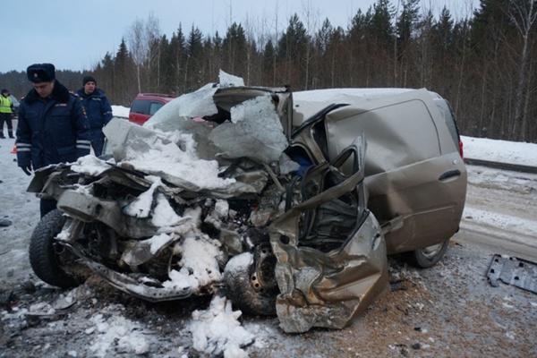 На Серовском тракте в страшной аварии легковушки и внедорожника погибли два человека. ФОТО