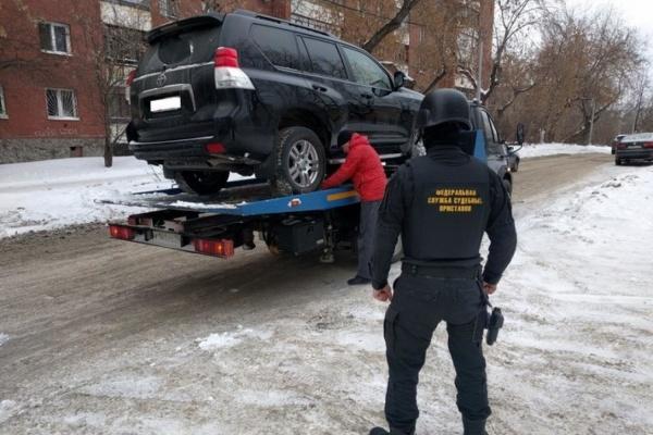 Судебные приставы арестовали элитный внедорожник екатеринбуржца, не платившего налоги