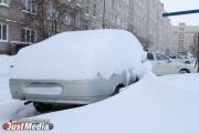 Скорой не проехать, беременным не пройти. В Екатеринбурге рабочие засыпали роддом снегом с проезжей части. ФОТО