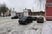 «На тротуаре, где стояли пешеходы, образовался затор». Жители Екатеринбурга жалуются на машины, припаркованные у входа в Исторический сквер