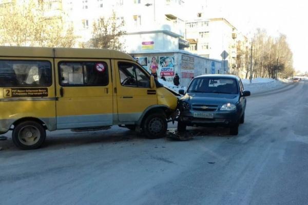 В Реже в ДТП «Нивы» с маршруткой пострадали мама с ребенком. ФОТО