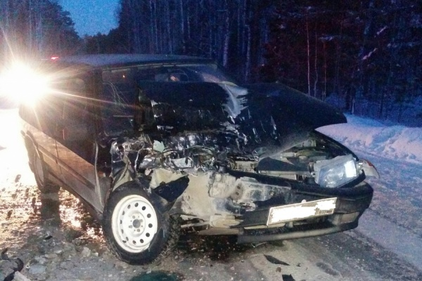 Под Асбестом автоледи на ВАЗе протаранила стоящую на темной трассе «Газель». Пострадали двое детей