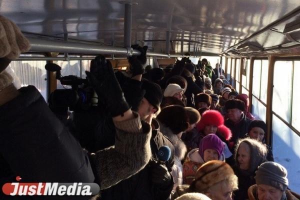 «Лишь бы обделить пенсионеров!». Пожилые люди прокатились в трамвае в знак протеста против повышения цены на льготный проездной. ФОТО
