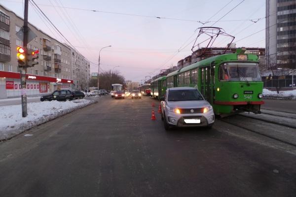 На Уралмаше внедорожник «не заметил» трамвай. Пострадали две пассажирки