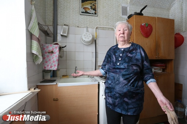 «Водопровод бесхозный, его никто не хочет ремонтировать». Жильцы одного из домов в Екатеринбурге уже неделю сидят без холодной воды