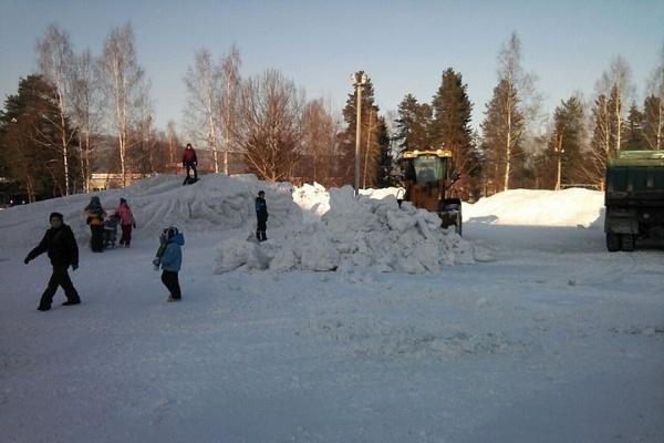 В Качканаре дети доигрывали в ледовом городке, когда коммунальщики его уже сносили