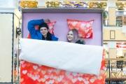 В центре Екатеринбурга появилась огромная кровать для влюбленных