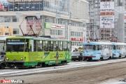 В Екатеринбурге из-за выехавшей на трамвайные рельсы фуры случился транспортный коллапс
