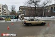 В центре Екатеринбурга, где не работают светофоры, легковушка сбила молодого парня