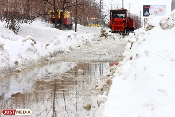 В Екатеринбурге строители затопили жилой двор