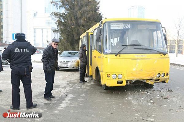 Лихач на автобусе устроил массовое ДТП на пешеходном переходе напротив Белого дома. ФОТО