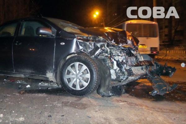 В центре Екатеринбурге лоб в лоб столкнулись УАЗ и Chevrolet