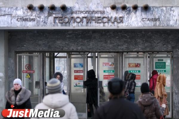 В Екатеринбургском метро школьник, разговаривая по телефону, упал на рельсы