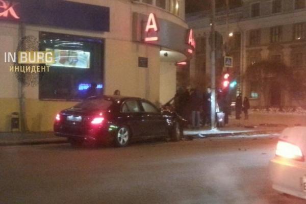 В центре Екатеринбурга автомобиль врезался в офис «Альфа-банка». ФОТО, ВИДЕО
