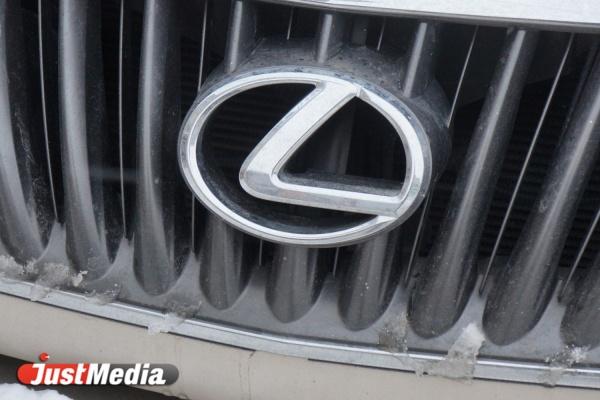 В Екатеринбурге в автосалоне на Металлургов сгорели шесть Lexus