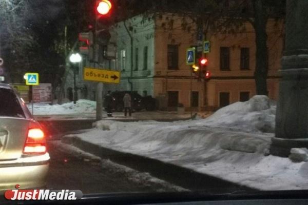Иномарка влепилась в старинный дом на Ленина, 16. ФОТО