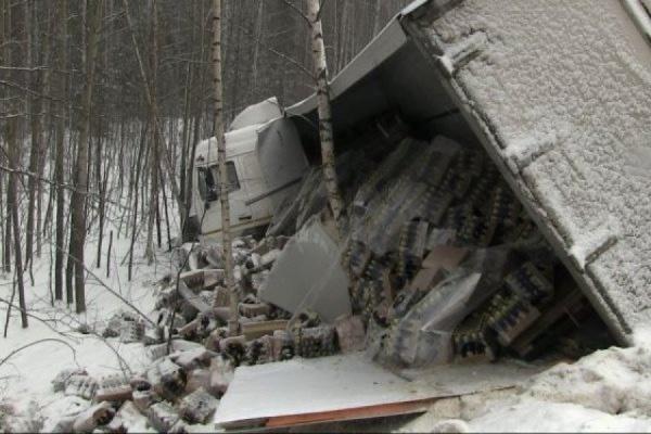 На Серовском тракте перевернулся грузовик с пивом. ФОТО
