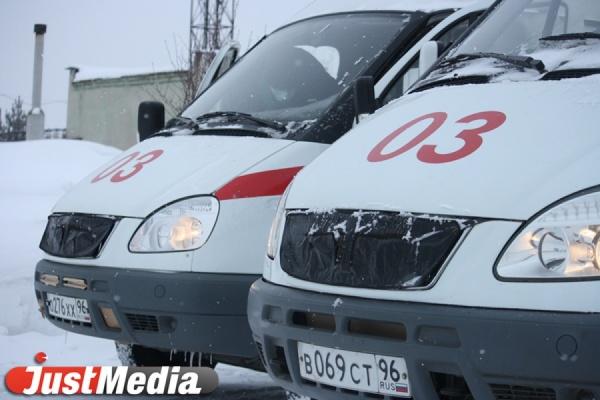 В Екатеринбурге снежная глыба упала на коляску с полугодовалым ребенком