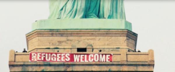 На статую Свободы в США повесили плакат «Беженцы, добро пожаловать»