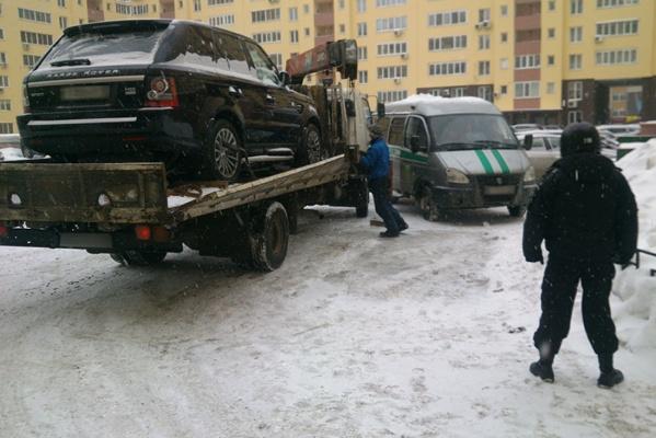 Екатеринбурженка хотела спрятать от судебных приставов Range Rover Sport