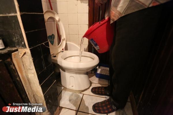 Жители нескольких десятков домов на Уралмаше сидят без холодной воды из-за столба