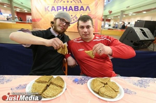 В Екатеринбурге прошел мастер-класс по поеданию блинов на скорость