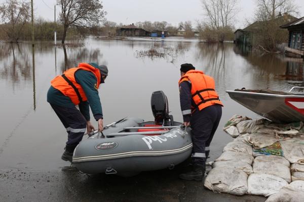 Администрация Екатеринбурга начала готовиться к паводку: коммунальщики чистят ливневки и вывозят снег с низин