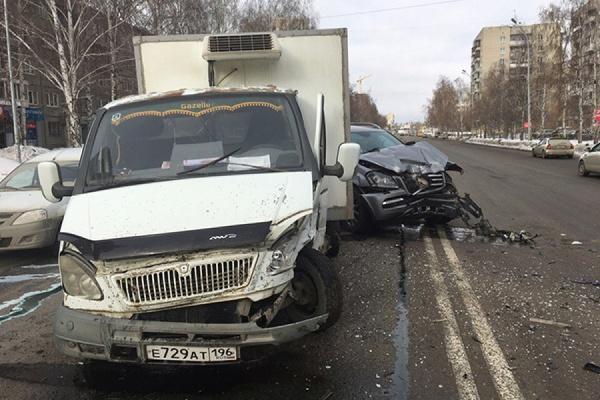 НаШаумяна серьезное ДТП. Mercedes врезался вгрузовую «Газель»